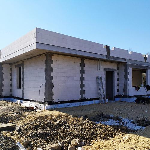 Dom parterowy z płaskim dachem, widok od frontu. Zdjęcie z budowy. M2 Architektura Katowice - Pracownia Projektowa Katowice