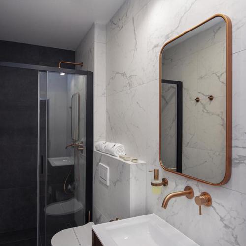 W łazienkach zgodnie z projektem zastosowano miedzianą armaturę i dodatki.