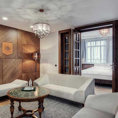 Realizacja zgodnie z projektem architektonicznym wykonanym przez naszą projektantkę obejmuje drewnianą, fornirowaną ścianę oraz miękkie sofy nadające przytulnego charakteru.