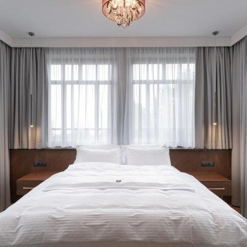 Przytulna sypialnia w hotelu.