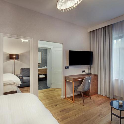 Projekt wykonawczy wnętrz w hotelu przewidywał wykorzystanie naturalnych materiałów - drewna, marmuru, miedzi.